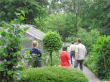 Personen in einem Garten