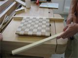 Die Aufnahme zeigt eine Person bei der Holzbearbeitung.
