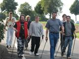 Die Aufnahme zeigt eine Nordic-Walking-Gruppe in Aktion.