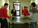 Die Aufnahme zeigt mehrere Personen beim Tischtennis-Spiel