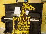 Giraffe am Klavier