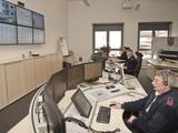 Drei Disponenten nehmen an den neuen Arbeitsplätzen Notrufe entgegen und koordinieren die Einsätze.